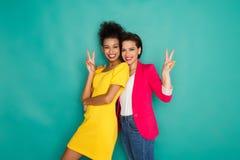 Deux amies ayant l'amusement au fond de studio d'azur Photo libre de droits