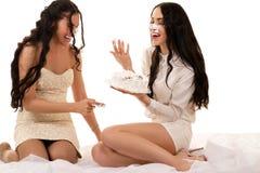 Deux amies ayant l'amusement avec un gâteau Photos libres de droits