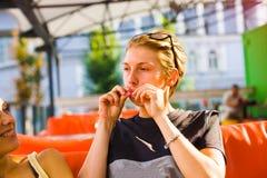 Deux amies ayant l'amusement dans le café Photos libres de droits