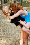 Deux amies ayant le ferroutage d'amusement dans le parc Photos libres de droits