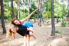 Deux amies ayant le ferroutage d'amusement dans le parc Image stock