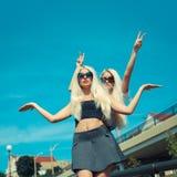 Deux amies blondes gaies Photographie stock libre de droits