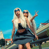 Deux amies blondes gaies Photos libres de droits