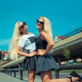 Deux amies blondes gaies Image libre de droits