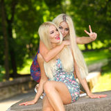 Deux amies blondes gaies Photo stock