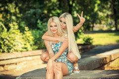 Deux amies blondes gaies Photographie stock libre de droits