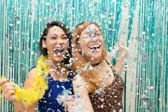 Deux amies célébrant l'écharpe colorée de Carnaval et d'usage image stock