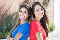 Deux amies caucasiennes dans la ville Photos stock