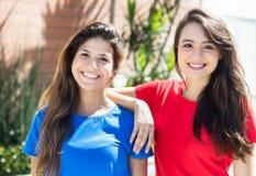 Deux amies caucasiennes heureuses dans la ville Images libres de droits