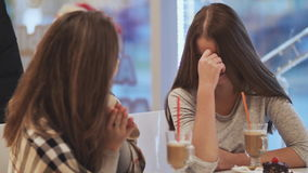 Deux amies d'écolières buvant des cocktails et parlant dans un amusement de café Automne, hiver banque de vidéos