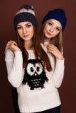 Deux amies d'adolescent dans des vêtements d'hiver Photos libres de droits