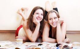 Deux amies d'adolescent sur l'étage Photographie stock