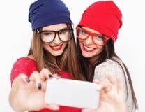 Deux amies d'adolescentes dans l'équipement de hippie font le selfie Images libres de droits