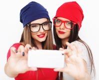 Deux amies d'adolescentes dans l'équipement de hippie font le selfie Image libre de droits