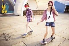 Deux amies d'adolescentes de brune dans le hippie équipent le shor de jeans Images stock