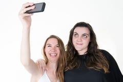 Deux amies d'adolescentes font le selfie à un téléphone Photos libres de droits