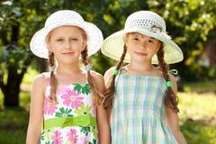 Deux amies dans chapeaux en osier Image libre de droits