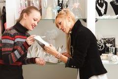 Deux amies dans la boutique nuptiale Images stock