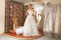 Deux amies dans la boutique nuptiale Photos stock