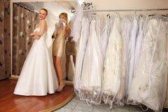 Deux amies dans la boutique nuptiale Photo stock