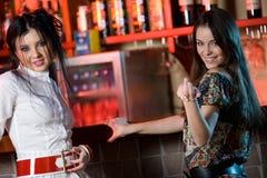 Deux amies dans le bar Photos libres de droits