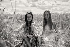 Deux amies dans le domaine Photographie stock