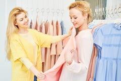 Deux amies dans le magasin d'habillement photographie stock libre de droits