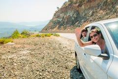 Deux amies dans le siège de passager dans une voiture Photo stock