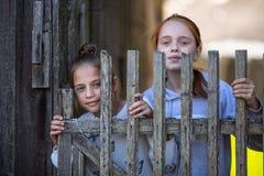 Deux amies dans le village Image libre de droits