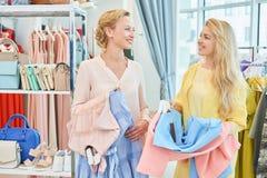 Deux amies dans un magasin d'habillement photos stock