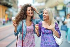 Deux amies de femme Photographie stock