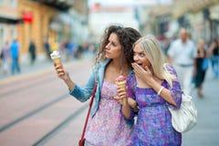 Deux amies de femme Image libre de droits