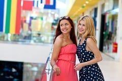 Deux amies de femme dans le centre commercial Photographie stock libre de droits
