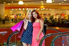 Deux amies de femme dans le centre commercial Images libres de droits