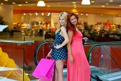 Deux amies de femme dans le centre commercial Image libre de droits