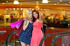 Deux amies de femme dans le centre commercial Images stock