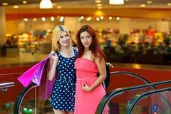 Deux amies de femme dans le centre commercial Image stock