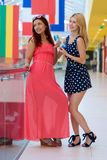 Deux amies de femme dans le centre commercial avec des cartes de crédit Image stock