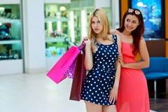 Deux amies de femme dans le centre commercial avec des sacs Photos libres de droits