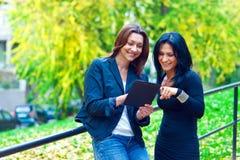 Deux amies de femme dehors Photos stock
