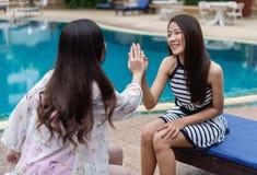 Deux amies de femmes apprécient dans la piscine Photo libre de droits