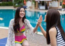 Deux amies de femmes apprécient dans la piscine Image stock