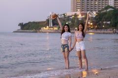 Deux amies de femmes apprécient sur la plage de mer Photo stock