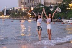 Deux amies de femmes apprécient sur la plage de mer Photographie stock libre de droits