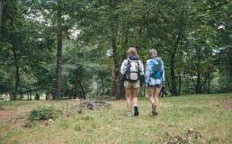 Deux amies de femmes avec la marche de sacs à dos Photos libres de droits