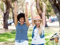 Deux amies de femmes en parc Image stock