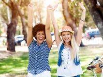 Deux amies de femmes en parc Photographie stock
