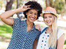 Deux amies de femmes en parc Photographie stock libre de droits