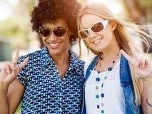 Deux amies de femmes en parc Photos libres de droits