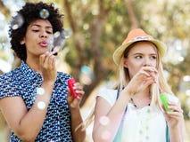 Deux amies de femmes en parc Photo libre de droits